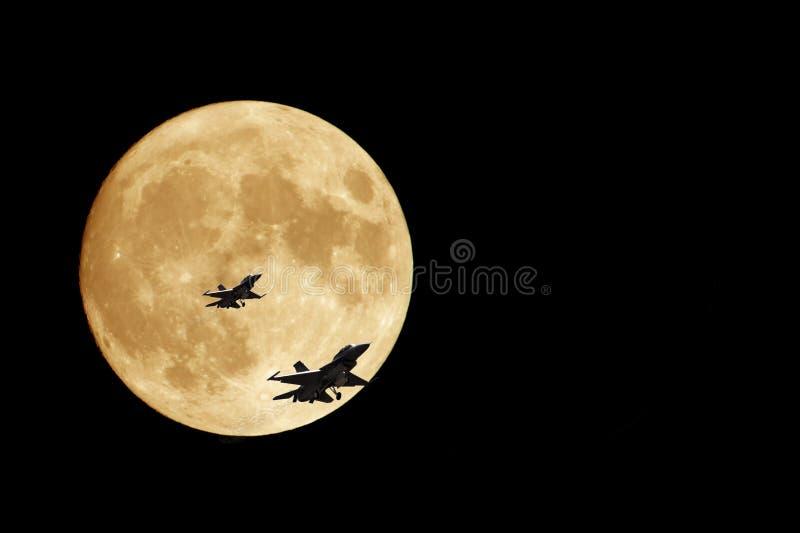 Lua e jatos F16 alaranjados fotografia de stock