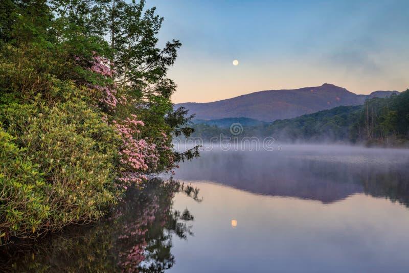Lua e névoa sobre o lago North Carolina price imagem de stock