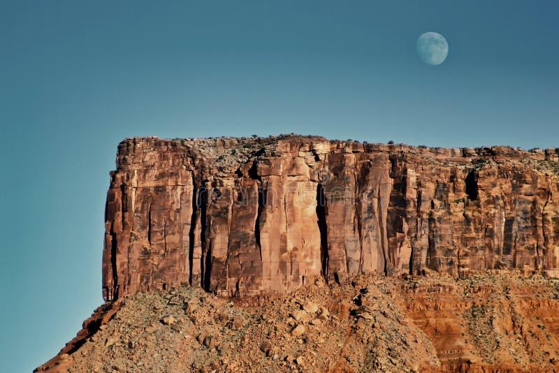 Lua em penhascos vermelhos de Utá foto de stock