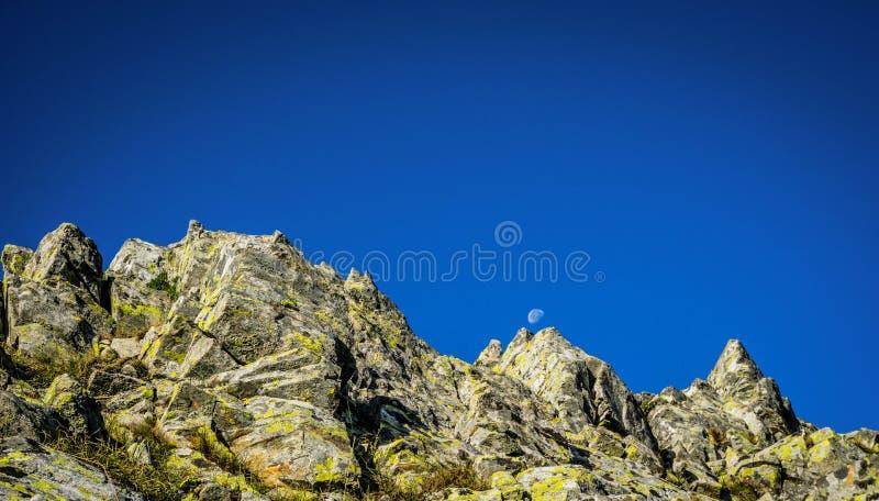Lua em pleno dia, vista da montanha fotografia de stock