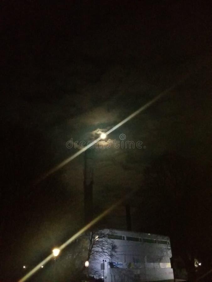 A lua? em uma noite nebulosa foto de stock royalty free