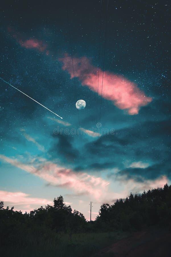 A lua? em uma noite nebulosa imagem de stock