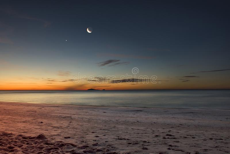 A lua está aumentando acima da praia imagem de stock royalty free