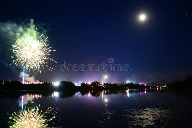 Lua, fogos-de-artifício e divertimento na ilha do festival do Wight fotos de stock