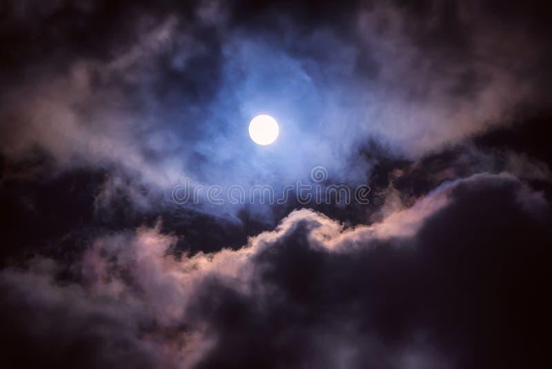 A lua no céu escuro imagem de stock royalty free