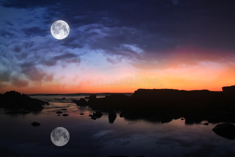 Lua no céu escuro foto de stock