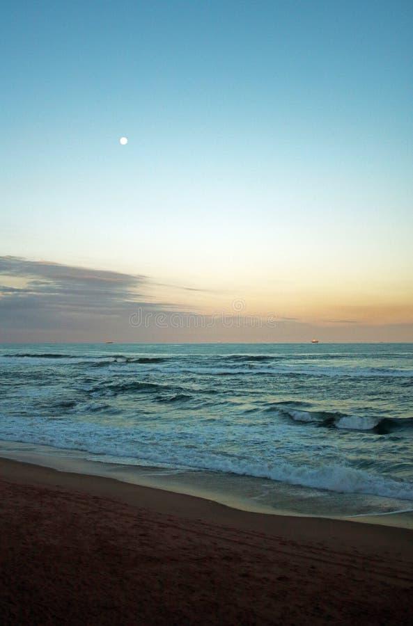 Lua no c?u sobre o mar imagem de stock royalty free