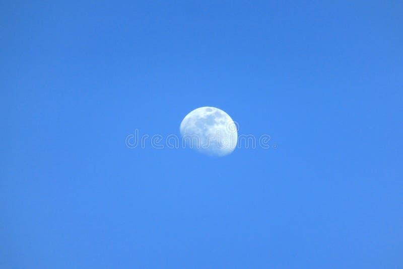 Lua no dia em um céu sem nuvens foto de stock royalty free