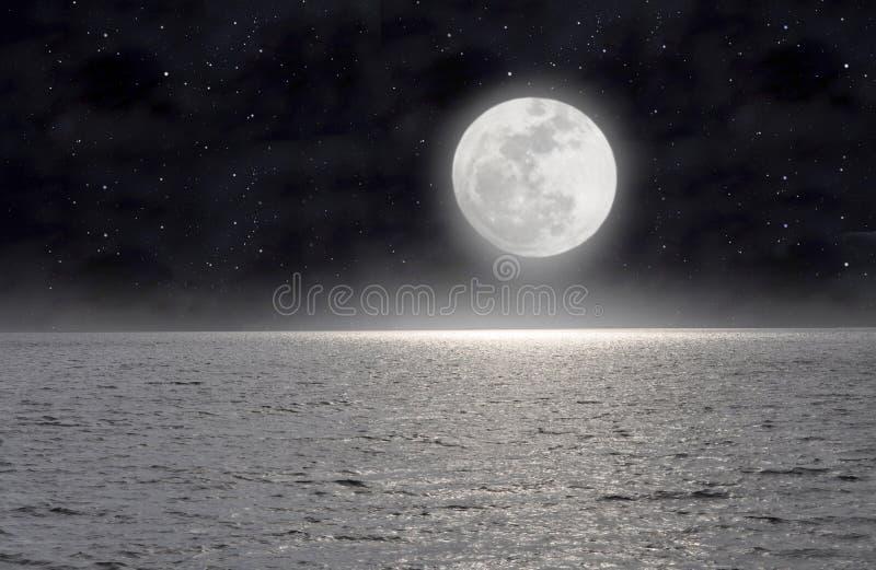 A lua no mar fotos de stock