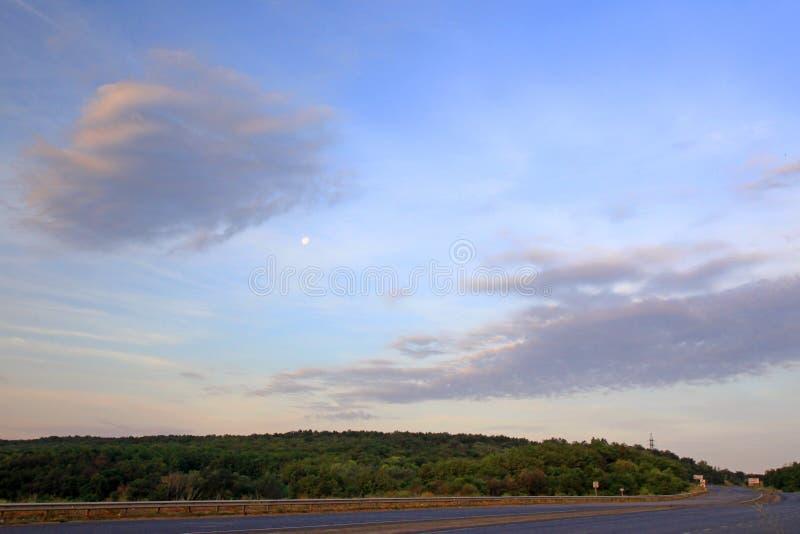 A lua no nascer do sol da manhã no nascer do sol foto de stock royalty free