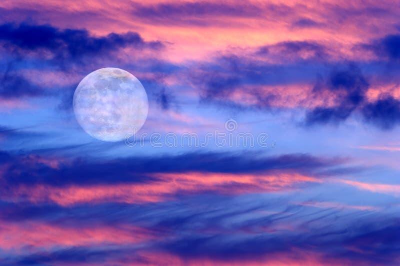 A lua nubla-se céus fotografia de stock royalty free