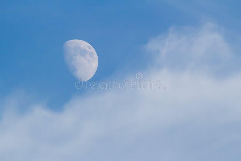 Lua, nuvens, e céu azul imagens de stock royalty free