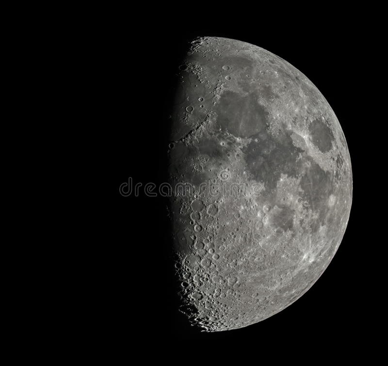 Lua pelo telescópio fotografia de stock