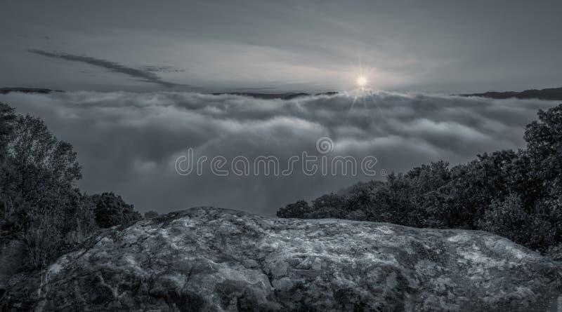 Lua que aumenta no parque estadual de Grandview em West Virginia imagens de stock