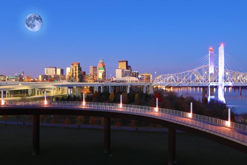 Lua que aumenta sobre Louisville, Kentucky imagens de stock