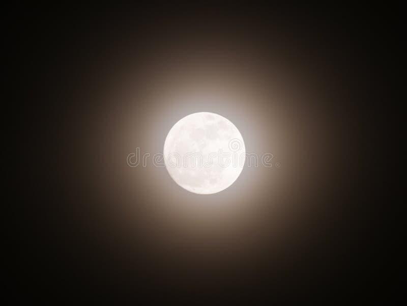 Lua que emite-se a luz com halo imagens de stock