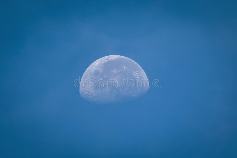 Lua que pendura no céu fotografia de stock