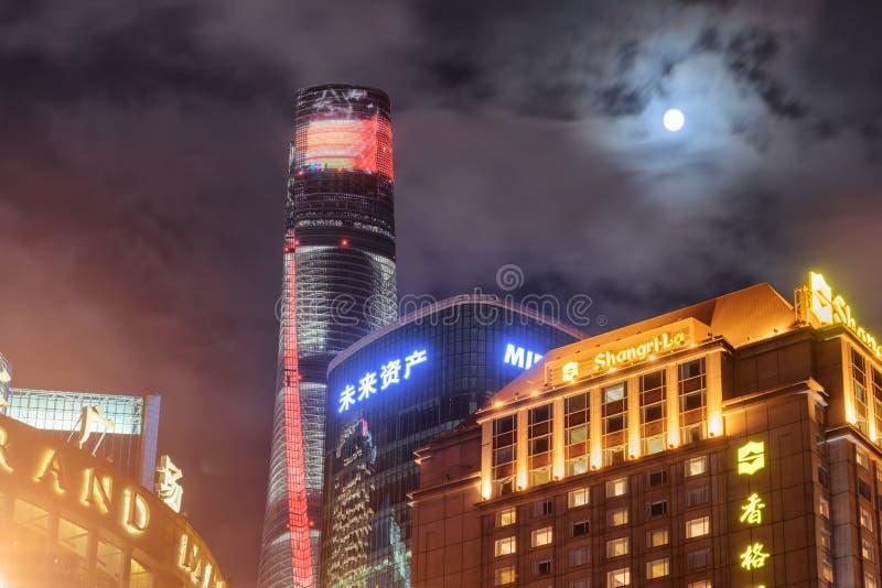 A lua sobre arranha-céus na área nova de Pudong, Shanghai fotos de stock royalty free