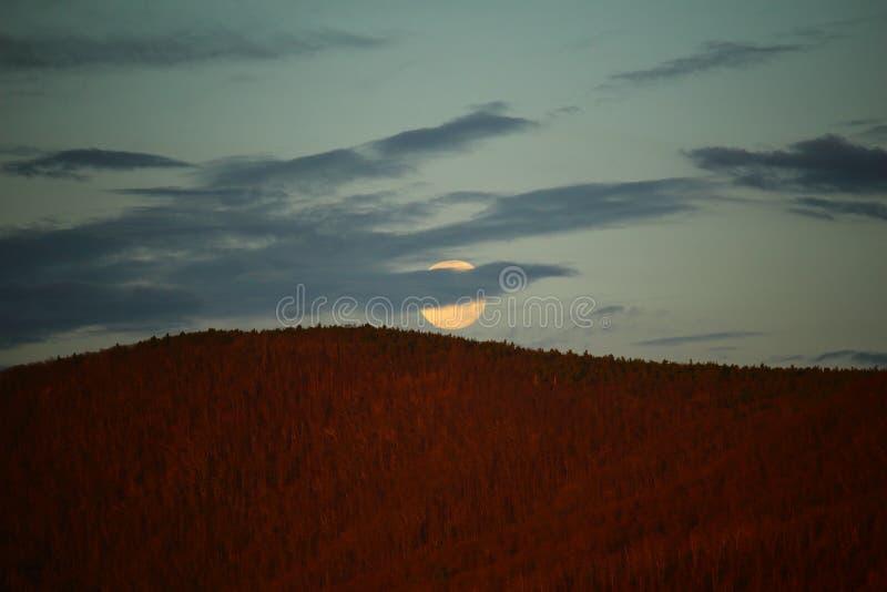 Lua sobre as montanhas de cume azul imagem de stock royalty free
