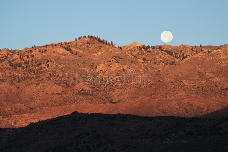 Lua sobre a montanha foto de stock