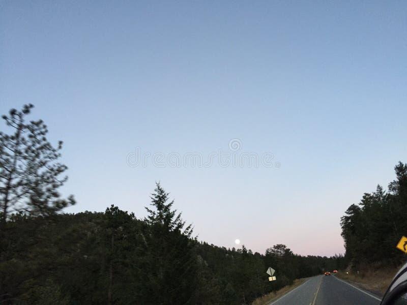 Lua sobre a montanha fotografia de stock royalty free