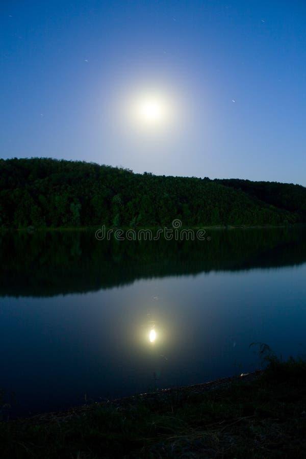 Lua sobre o lago fotos de stock royalty free