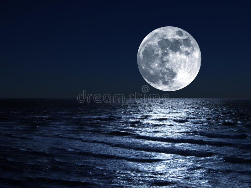 Lua sobre o mar