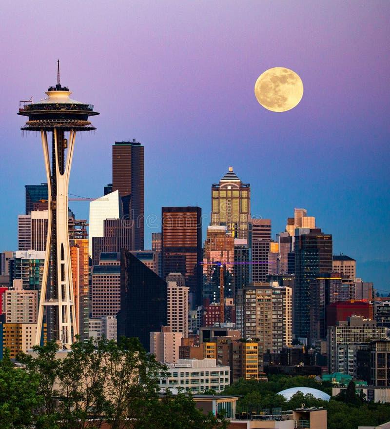Lua sobre Seattle imagens de stock royalty free