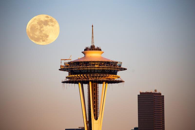 Lua sobre Seattle fotos de stock royalty free