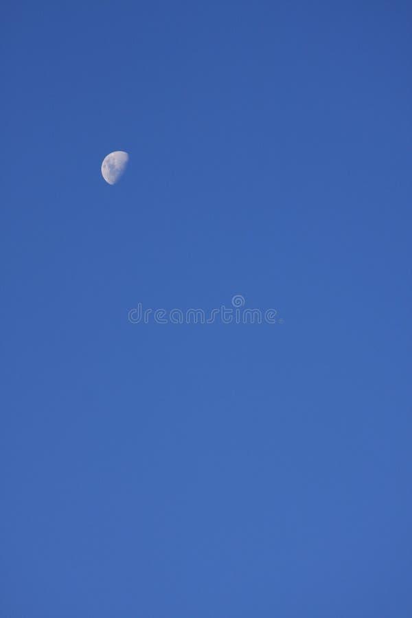 Lua sozinha do céu azul imagens de stock royalty free