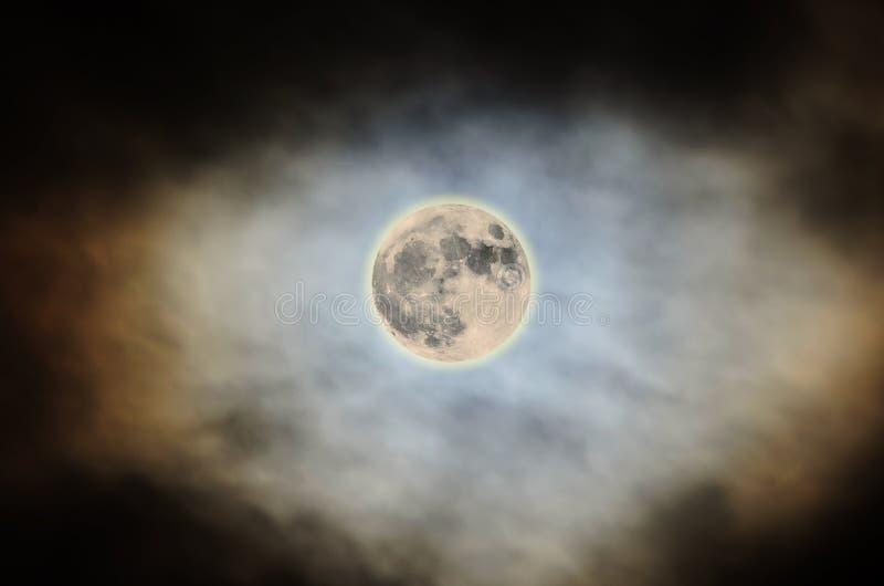 Lua super 2016, céu colorido brilhante, nebuloso, fim acima fotos de stock