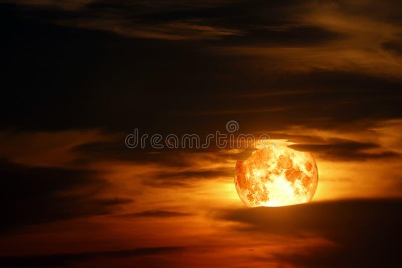 lua super do sangue da neve no céu noturno vermelho da nuvem da silhueta foto de stock