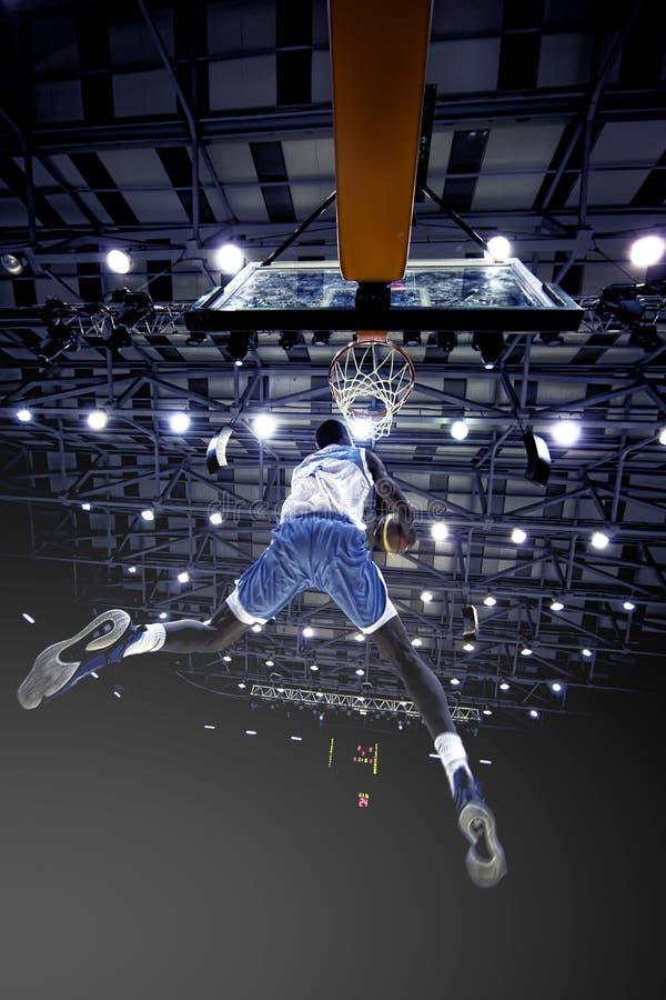 LUANDA/ANGOLA 16 2015 MAJ - Afrykański gracz koszykówki zdobywać punkty o zdjęcie royalty free