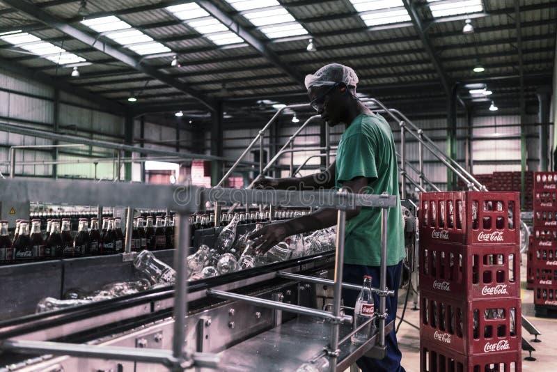 LUANDA/ANGOLA 23 2018 MAJ - Salowy widok napoje fabryczni zdjęcia royalty free