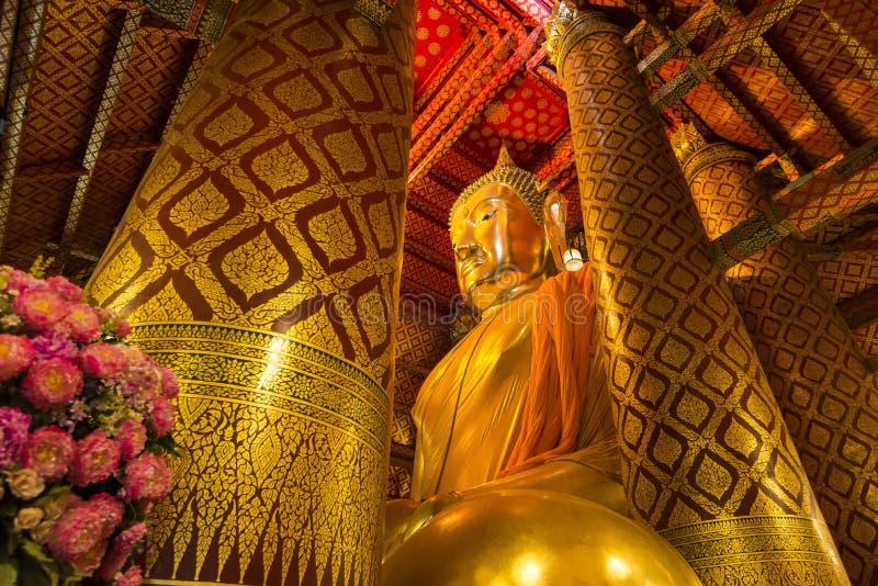 Luang Pho Tho, 19 mide a Buda alto, Wat Phanan Choeng, Ayutthaya, Tailandia fotografía de archivo