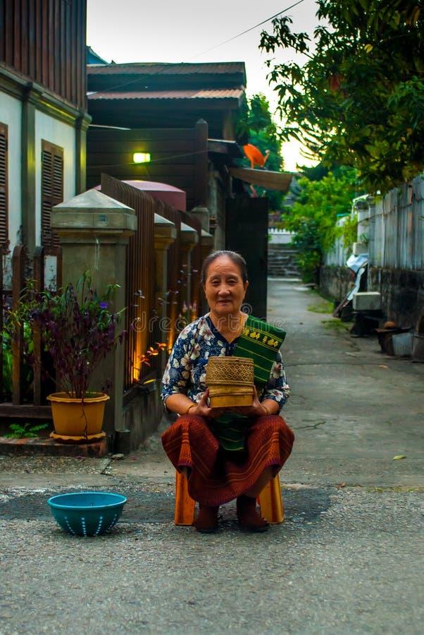 Luang Prabang, Λάος - 22 Νοεμβρίου 2015: Ελεημοσύνες που δίνουν την τελετή κοντά στο λουρί Wat Xieng στοκ εικόνες με δικαίωμα ελεύθερης χρήσης