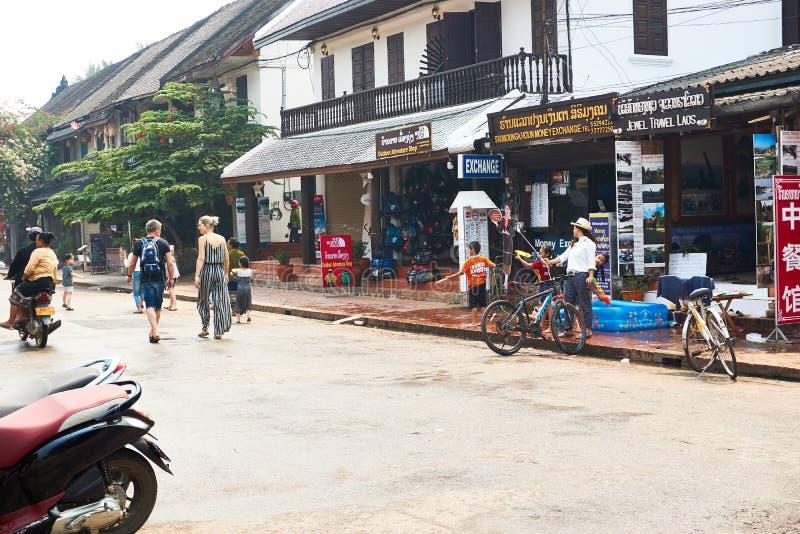 LUANG PRABANG, ЛАОС - 14-ОЕ АПРЕЛЯ 2019 Местные люди лаосца празднуя Mai Pi, на рынке стоковые фото