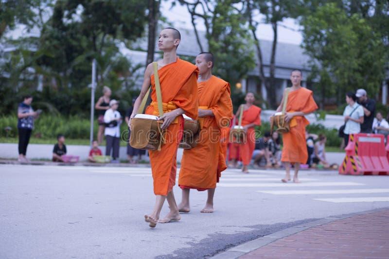 Luang Prabang, il Laos, monaci e la gente nelle elemosine che danno ceremon fotografie stock libere da diritti