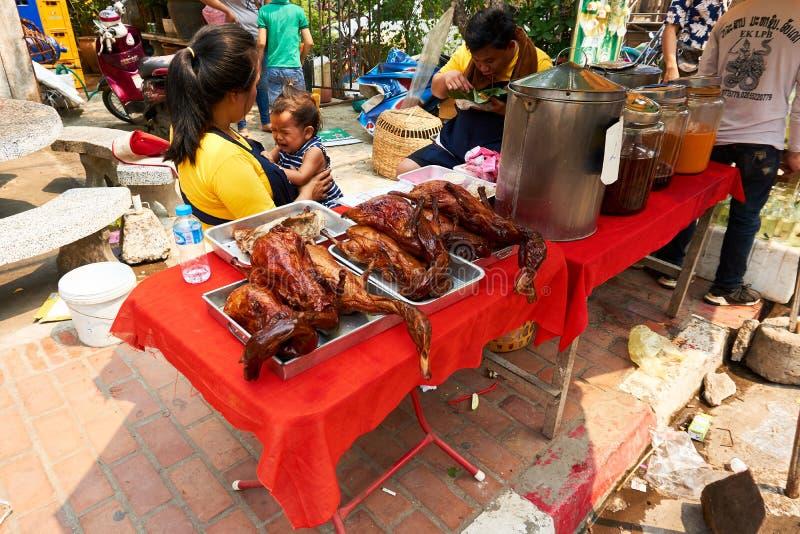 LUANG PRABANG, LAOS - APRIL 14, 2019 De lokale mensen die van Laos Pi-MAI vieren, bij de markt Lao New Year, groot waterfestival royalty-vrije stock fotografie