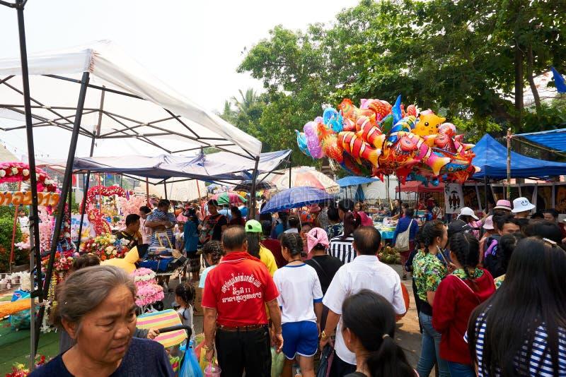 LUANG PRABANG, LAOS - APRIL 14, 2019 De lokale mensen die van Laos Pi-MAI vieren, bij de markt Lao New Year, groot waterfestival royalty-vrije stock foto's