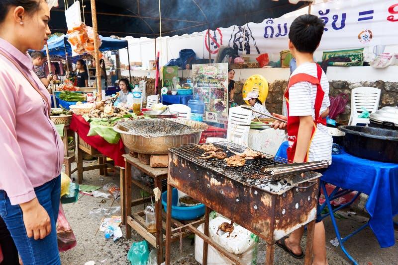 LUANG PRABANG, LAOS - APRIL 14, 2019 De lokale mensen die van Laos Pi-MAI vieren, bij de markt Lao New Year, groot waterfestival stock foto's