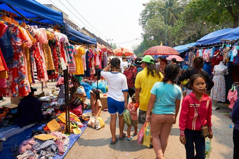 LUANG PRABANG, LAOS - APRIL 14, 2019 De lokale mensen die van Laos Pi-MAI vieren, bij de markt Lao New Year, groot waterfestival royalty-vrije stock afbeeldingen
