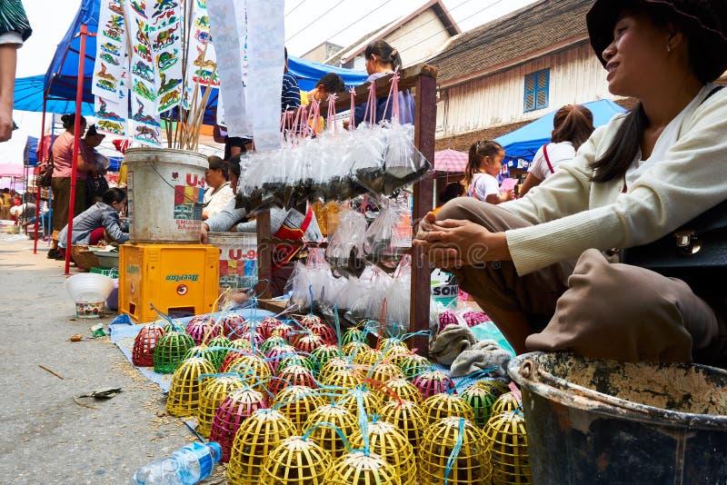 LUANG PRABANG, LAOS - APRIL 14, 2019 De lokale mensen die van Laos Pi-MAI vieren, bij de markt Lao New Year, groot waterfestival stock afbeeldingen