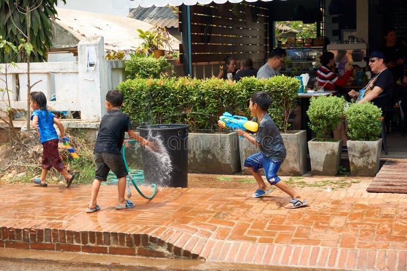 LUANG PRABANG, LAOS - APRIL 14, 2019 De lokale mensen die van Laos Pi-MAI vieren, bij de markt Lao New Year, groot waterfestival stock afbeelding