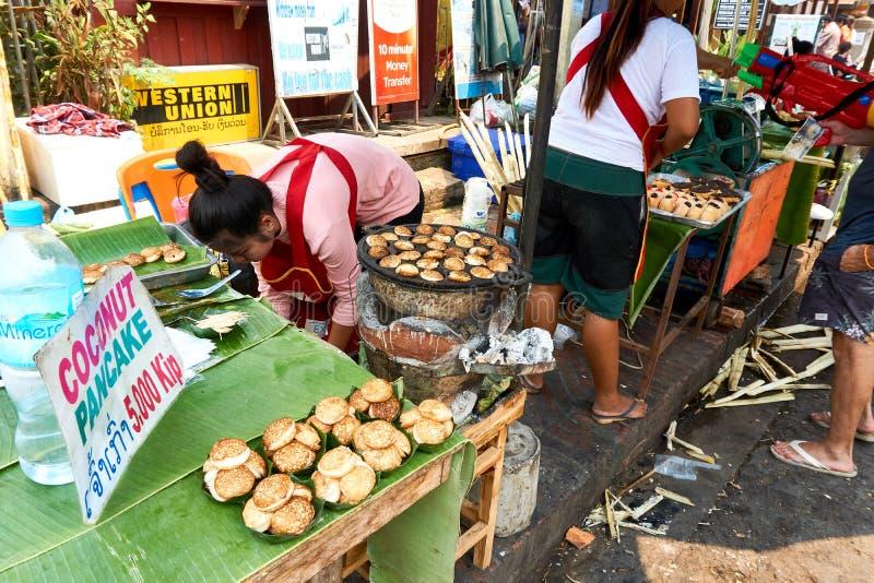 LUANG PRABANG, LAOS - APRIL 14, 2019 De lokale mensen die van Laos Pi-MAI vieren, bij de markt Lao New Year, groot waterfestival royalty-vrije stock foto