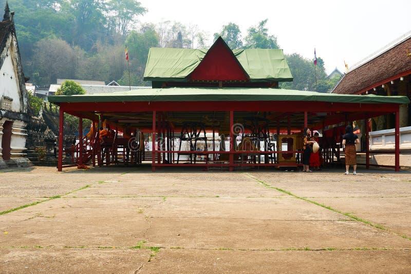 LUANG PRABANG, LAOS - 14. APRIL 2019 MÖNCHE sitzen im Tempel an PU-MAI Lao New Year, großes Wasserfestival lizenzfreie stockfotos