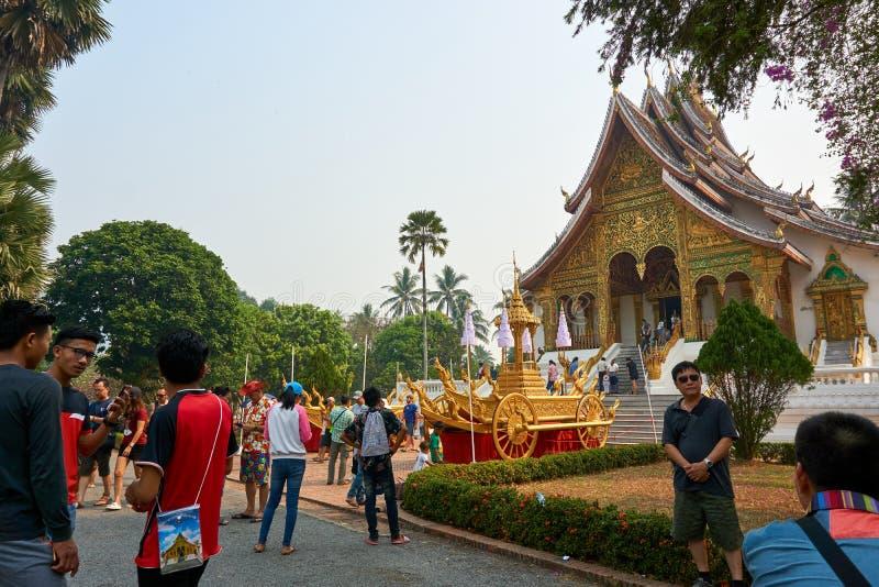 LUANG PRABANG, LAOS - APRIL 14 2019 personer besöker slotten på Laos det nya året arkivfoto
