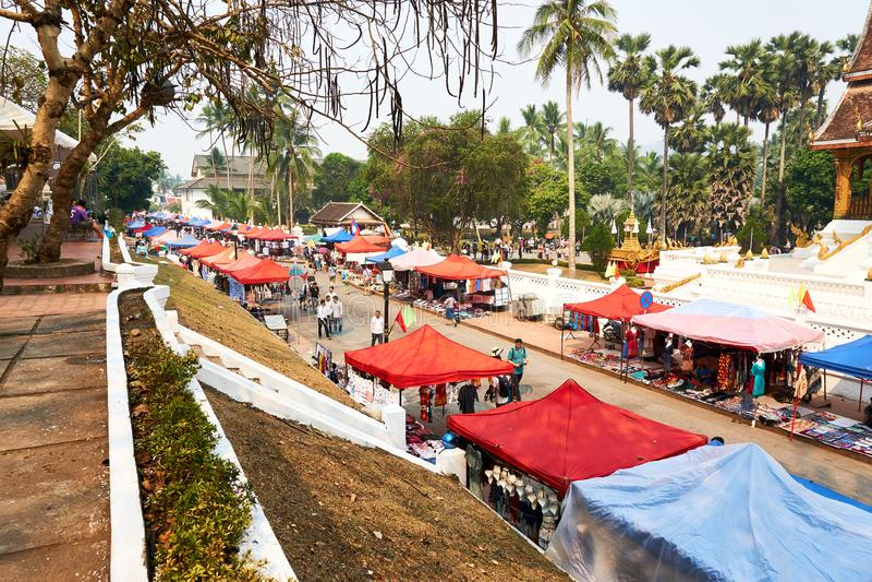 LUANG PRABANG, LAOS - 14 APRILE 2019 Lao locale che celebra MAI di pi, al mercato Lao New Year, grande festival dell'acqua fotografia stock