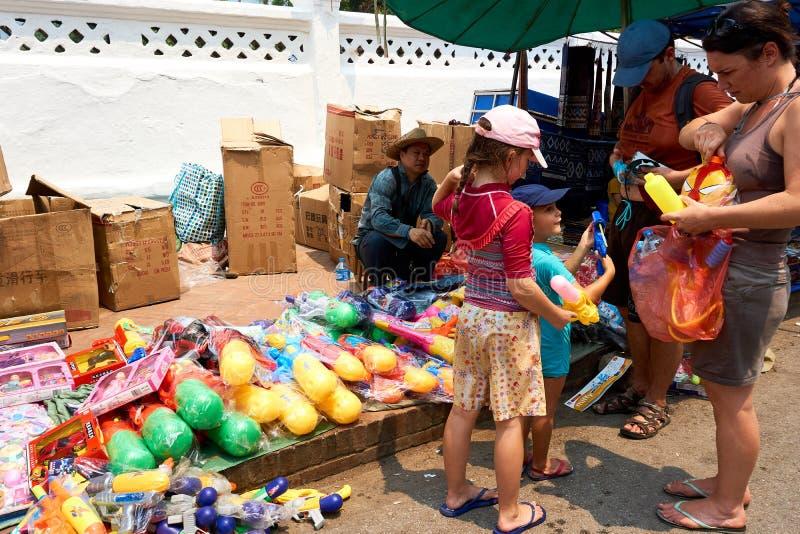 LUANG PRABANG, LAOS - 14 AVRIL 2019 Les Laotiens locaux célébrant l'AMI de pi, au marché Lao New Year, grand festival de l'eau photo libre de droits