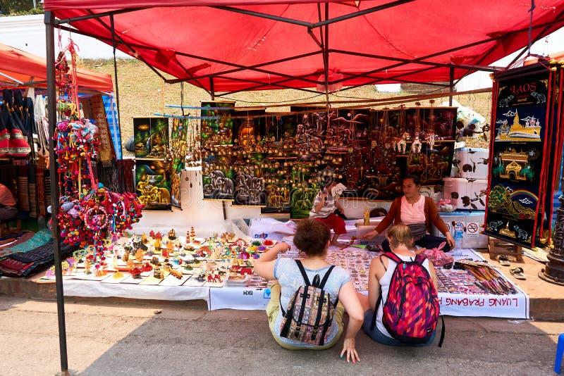 LUANG PRABANG, LAOS - 14 AVRIL 2019 Les Laotiens locaux célébrant l'AMI de pi, au marché Lao New Year, grand festival de l'eau photos libres de droits